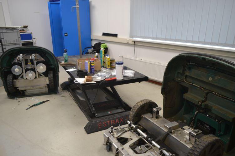 De werkplaats waarin Derksen de robots onderhoudt